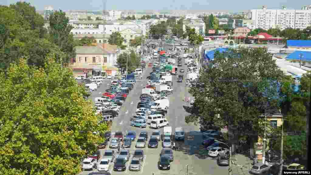 Площа перед стадіоном «Локомотив» перетворилася на суцільну автостоянку