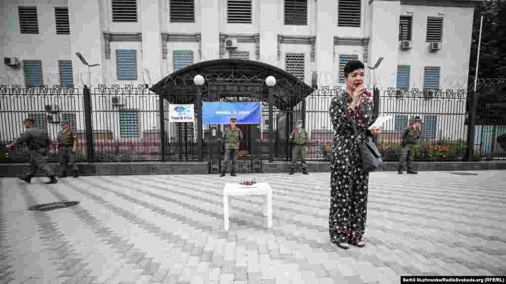 «Нам, на жаль, нічого святкувати. Ервіна вже два роки немає вдома, два роки батьки не знають де він, два роки громадськість запитує у російської влади: «Де перебуває Ервін?» – розповіла про акцію координатор громадської організації «КримSOS» Таміла Ташева