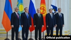 Russia - The presidents of Russia, Kazakhstan, Armenia and Kyrgyzstan pose for a photograph at a summit in Saint Petersburg, 26Dec2016.