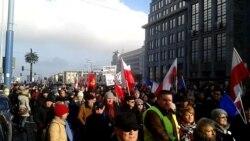 Тисячі поляків вийшли на вулиці Варшави, щоб підримати Леха Валенсу