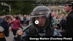Снимок полицейского, который бил журналиста. Фото Георгия Маркова