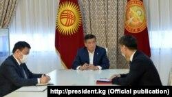 Президент Кыргызстана Сооронбай Жээнбеков (в центре) и министр иностранных дел Кыргызстана Чингиз Айдарбеков (справа). Бишкек, 13 октября 2020 года. Бишкек.