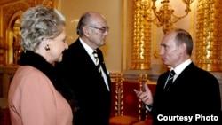 Владимир Путин (справа) с князем Дмитрием Романовым и княгиней Романовой