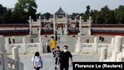 Turiști la Templul Cerului (sau Parcul Tiantan)