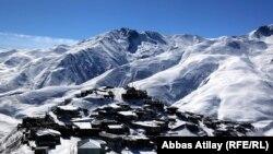 Qafqazın ən yüksək zirvələrinin əhatəsində, Böyük Qafqazın 2300 m yüksəkliyində yerləşir - qədim Xınalıq kəndi