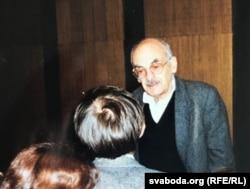 1996 год. Штаб-кватэра Радыё Свабода ў Празе. Булат Акуджава адказвае Аляксандру Лукашуку.