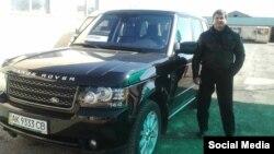 Сергій Осьмінін біля автомобіля Range Rover