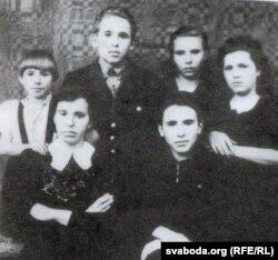 Маці Аляксандрына Рыгораўнай, сёстры Франя і Ліда, брат Уладзімір і цётка Аля (першая справа). 1945