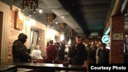 ОМОН задерживает посетителей ночного клуба
