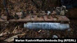 Ілюстраційне фото. Залишки снарядів, які прилітають на позиції українських сил
