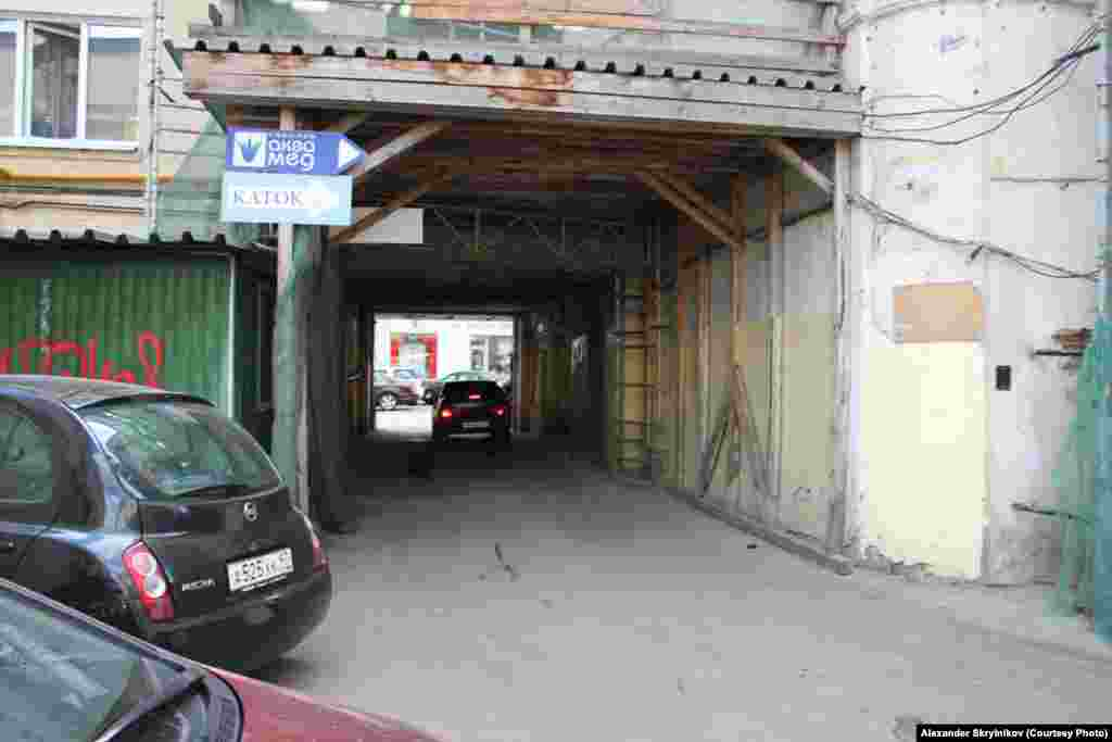 В этой арке должен быть вход в Театр миниатюр Евгения Петросяна