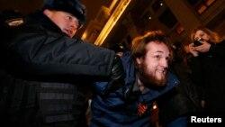 Поліція затримує протестувальника у Москві, 15 січня 2015 року