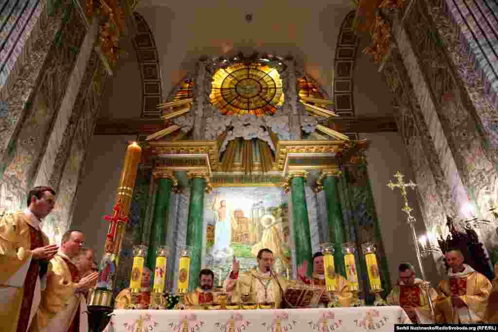 Служение проводит апостольский Нунций в Украине Его Высокопреосвященство Архиепископ Клаудио Гуджеротти.