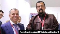Глава российского парламента Крыма Владимир Константинов и Стивен Сигал в Сочи (архивное фото)