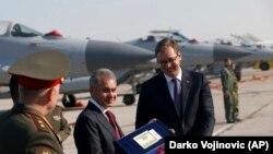 Президент Сербии Александр Вучич (справа) и министр обороны России Сергей Шойгу в Белграде, 20 октября 2017 года
