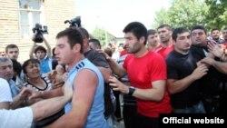 Представители правящей партии опровергают обвинения оппозиции. Что же касается вчерашнего столкновения, они обещают в кратчайшие сроки расследовать произошедшее и наказать виновных по статье «ответственность за хулиганство»