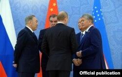 Слева направо: президенты Казахстана, Таджикистана, Узбекистана, Кыргызстана и России.