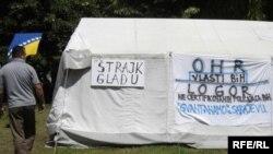 Decertifikovani policajci smjestili su se u šatore ispred Ureda visokog predstavnika u Sarajevu, gdje štrajkuju glađu. Foto: Marija Arnautović