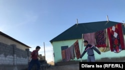 Көпбалалы ана Ақмарал Жолдасова қоныстанған үйдің ауласында ойнап жүрген балалар.