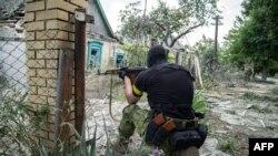 Украинский солдат во время боевых действий в поселке Марьинка в Донецкой области. 4 июня 2015 года. Иллюстративное фото.