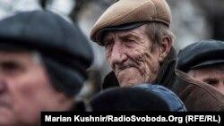 Иллюстрационное фото. Люди в очереди на контрольно-пропускной пункт в Станице Луганской, Луганская область