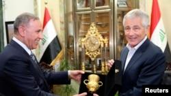 Міністри оборони Іраку Халед аль-Обейді (л) і США Чак Гейґел (п) під час зустрічі в Багдаді, 9 грудня 2014 року