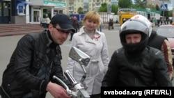 Яўген Сувораў і Галіна Краўчанка раздаюць бел-чырвона-белыя стужкі.