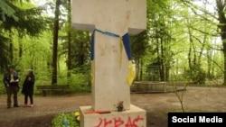 Неизвестные осквернили могилу Степана Бандеры.