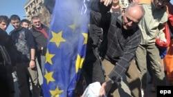 Kosovski Srbi pale zastavu EU protiv nezavisnosti Kosova, Mitrovica, 25. februar 2008