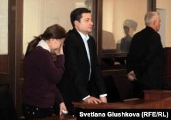 Алма Баймаганбетова, сестра подсудимого Серика Баймаганбетова, плачет во время оглашения приговора. Астана, 8 января 2013 года.