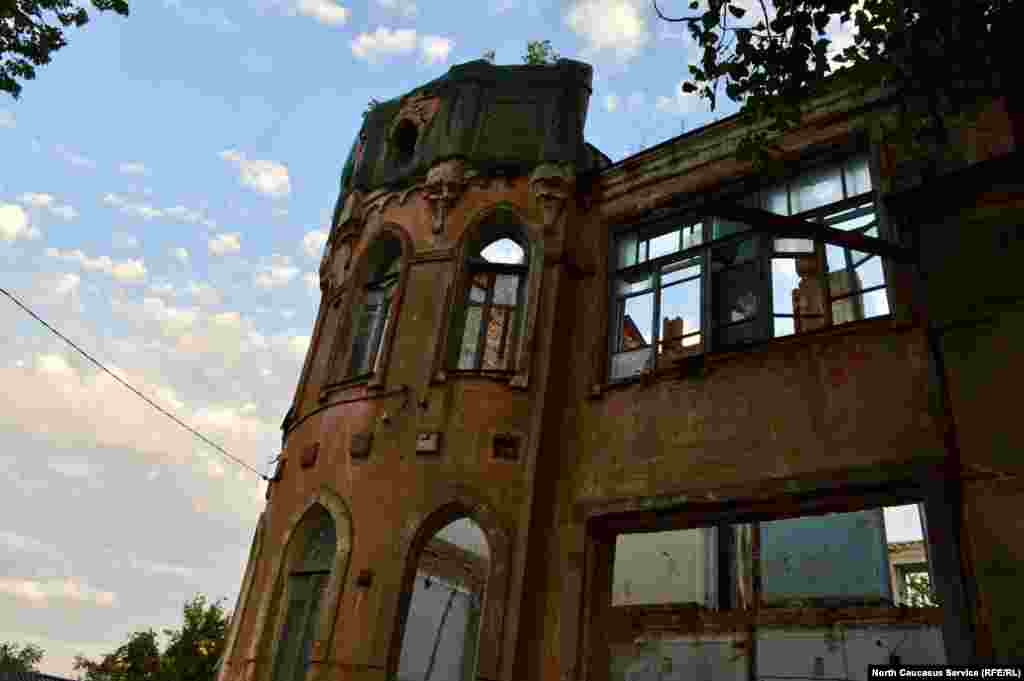 Впрочем, правда оказывается куда прозаичнее – замок для любимой дочери построил местный купец Игнат Волобуев