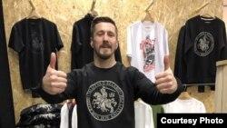 Віталь Гуркоў у футболцы з нацыянальнай атрыбутыкай, фота з Facebook