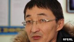 Нурлан Бейсекеев, адвокат Мухтара Джакишева, дает комментарий в перерыве заседания в Сарыаркинском суде. Астана, 10 февраля 2010 года.