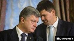 Президент України Петро Порошенко (л) та прес-секретар президента Святослав Цеголко (п), 6 вересня 2015 року