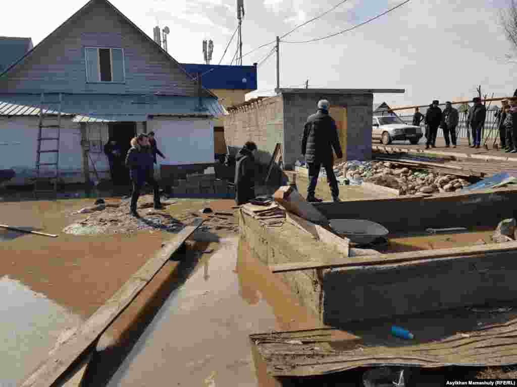 Аким области посетил поврежденные дома.