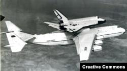 Antonov An-225 yük təyyarəsi Buran gəmisini daşıyır