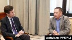 АКШ Мамлекеттик катчысынын жардамчысы Роберт Блейк жана Султан Жумагулов, 2-декабрь, 2011-жыл