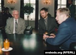 """Васіль Быкаў, супрацоўнік арганізацыі """"Чалавек у цісьні"""" Адам Гаўлін і Вацлаў Гавэл, 12 верасьня 2001 г."""