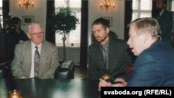 Васіль Быкаў і Вацлаў Гавэл, 12 верасьня 2001 г.