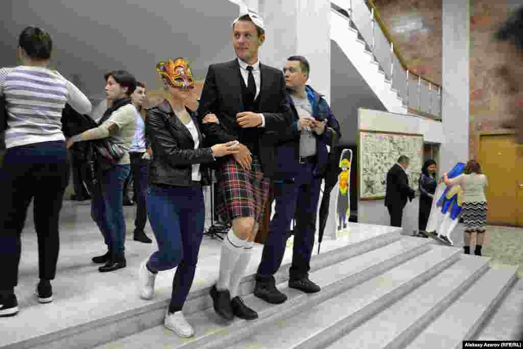 «Ночь в музее» в Государственном музее искусств имени Абилхана Кастеева в этом году провели в стиле Арт-мистерии. Посетителя предложили приходить в масках. Многие так и сделали. На некоторых были и необычные наряды. Например, на одном молодом человеке был килт – юбка, которую носят мужчины-горцы в Шотландии.