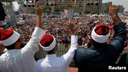 Мұхаммед Мурсиді қолдаушылар Рабаа әл-Адаиуа мешітінің жанында наразылық акциясында. Каир, Египет, 2 тамыз 2013 жыл.