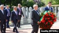 Миңнеханов Прагада сугыш каберлегенә чәчәкләрне Чехия татарлары белән салды