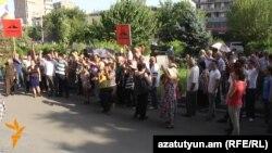 Сторонники «Учредительного парламента» перед зданием суда проводят акцию протеста, Ереван, 29 августа 2016 г.