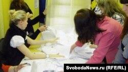 На московском участке №1704 вскрывают урну для голосования