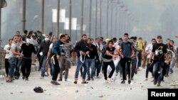 Каһирәдә Мөхәммәд Мурси тарафдарлары иминлек көчләренә ташлар ата. 22 ноябрь
