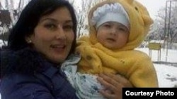Жена джизакского фермера Авакяна Ширин Турсунова с годовалой дочерью.