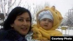 Супруга джизакского фермера Авакяна Ширин Турсунова с годовалой дочерью.