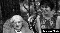 """Лидия Корнеевна Чуковская (1907—1996) с дочерью Еленой в Переделкино. 1968 год. [Фото — <a href=""""http://www.chukfamily.ru"""" target=_blank>«Семья Чуковских»</a>]"""