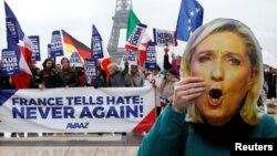Марин Ле Пендин сүрөтүн көтөргөн марштын катышуучусу, 8.03.2017