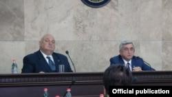 Ректор ЕГУ Арам Симонян (слева) и председатель совета попечителей вуза, президент Серж Саргсян (архив)